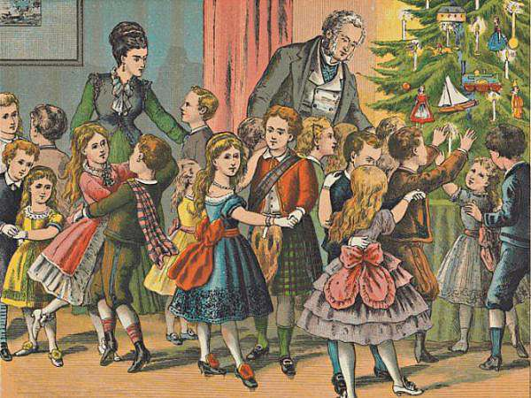 Woonkamer vol keurig geklede kinderen die bij de kerstboom dansen 1